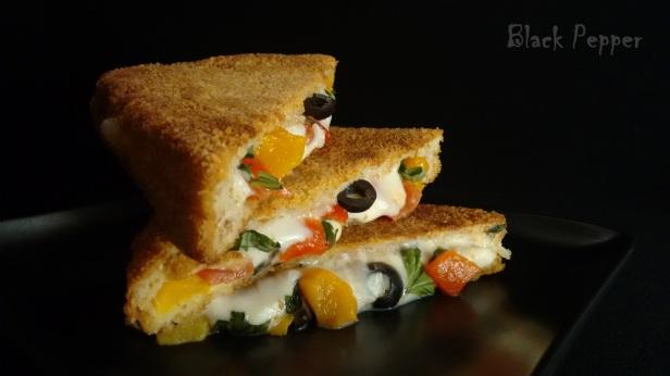 Горячий сэндвич с моцареллой и томатами