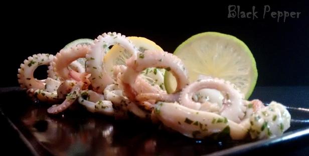 салат с осьминогом с соусом