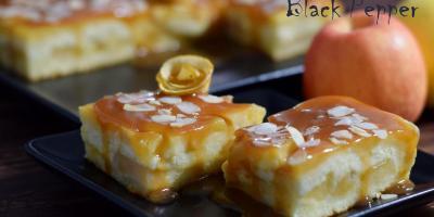 Пирог на молоке с яблоками и карамелью