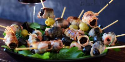 Чернослив с беконом и оливками