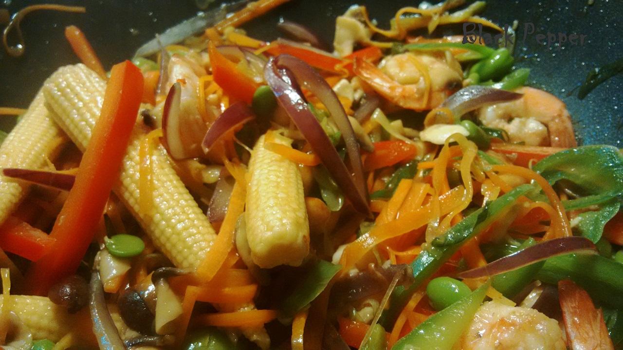 Вок с креветками и овощами