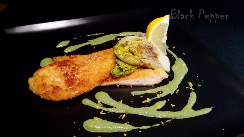 Куриная грудка в кляре с салатом и соусом