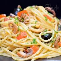 Спагетти с осьминогом и томатами
