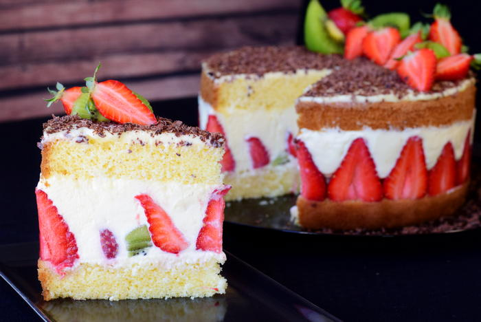 Sponge cake with strawberries and kiwi inspired by Fraisier cake