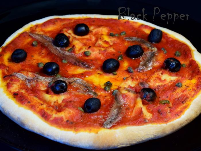 Пицца с оливками и томатным соусом