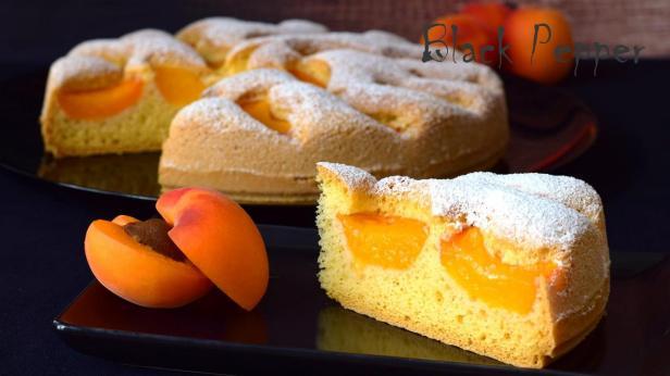 Шарлотка с абрикосами и миндальными орехами
