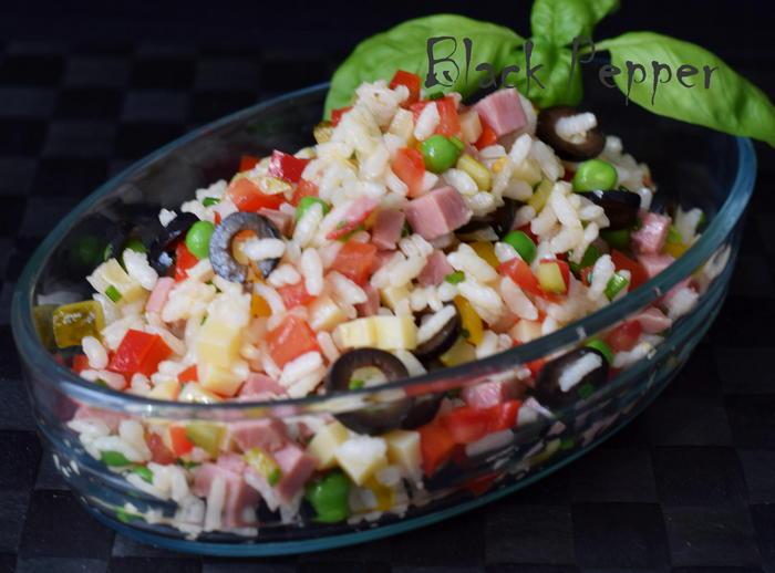 Салат из риса с ветчиной и сыром