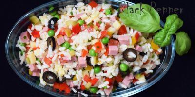 Салат с рисом, ветчиной и овощами