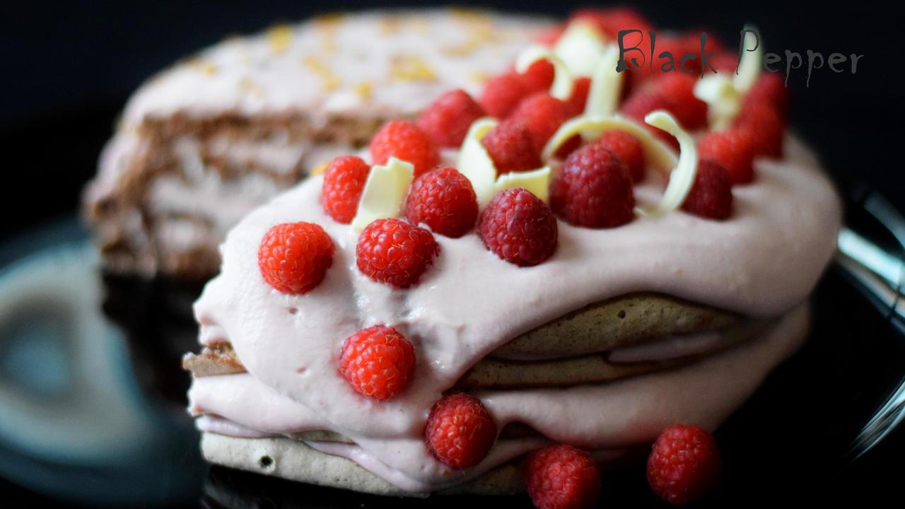 Торт безе с орехами и  малиной