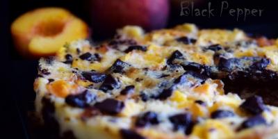 Пирог с персиками и черным шоколадом