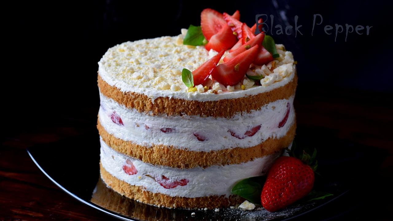 Торт с клубникой и сливочным кремом