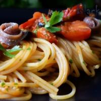 Спагетти путанеска с анчоусами, помидорами и каперсами