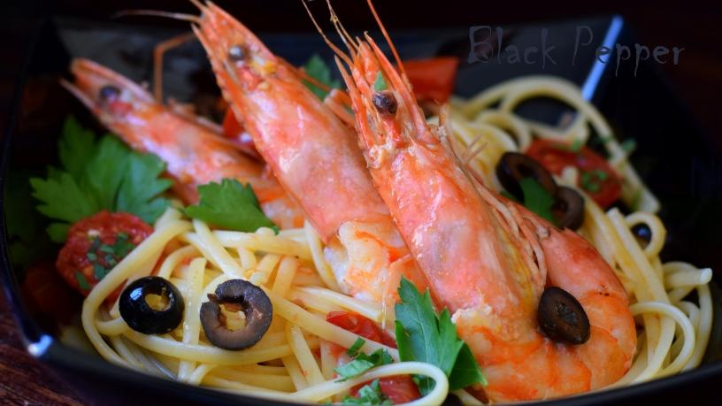 Макароны спагетти с креветками в соусе из помидор с чесноком