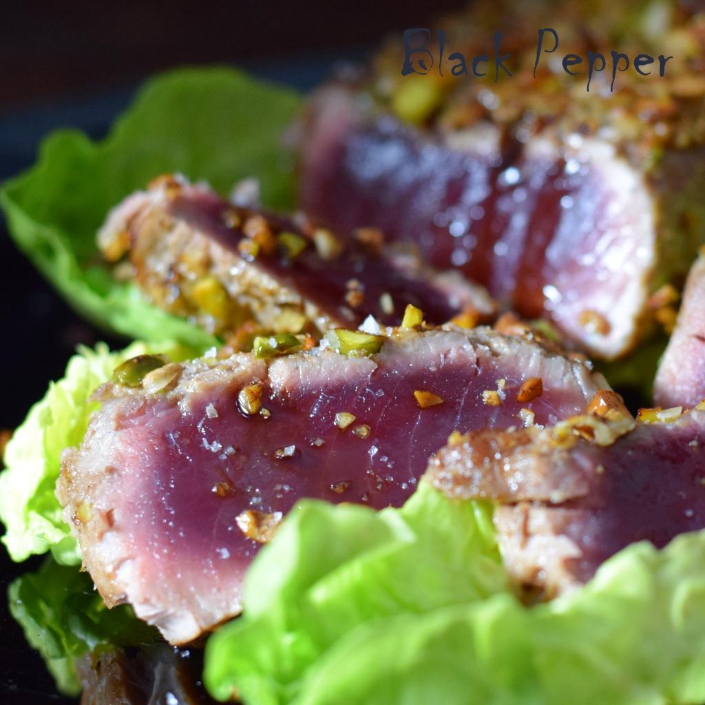 стейк из тунца с орехами