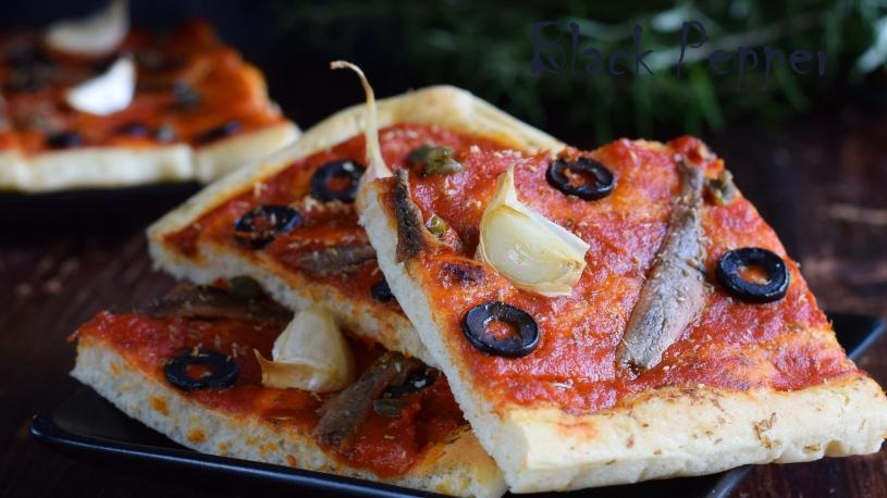 пицца с анчоусами, томатами и чесноком